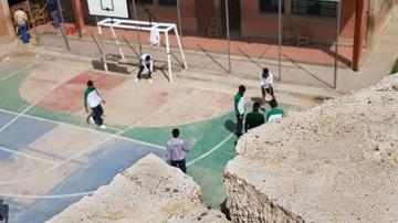 Desplazamiento de muro pone en riesgo a alumnos