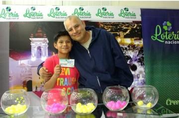 La familia Reyes gana los Bs 100 mil de la Lotería
