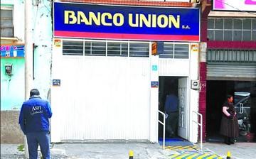Dos funcionarios del Banco Unión son aprehendidos en Santa Cruz y trasladados a La Paz