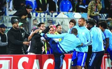 Futbolista golpea a hincha