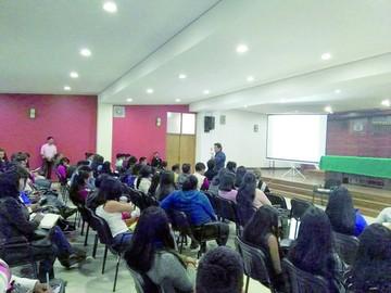Alumnos se informan de procesos judiciales