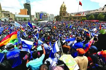 Miles apoyan a Evo;  la oposición critica
