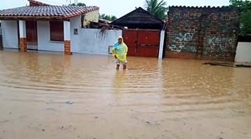 Torrencial lluvia cubre calles y casas de Capital beniana