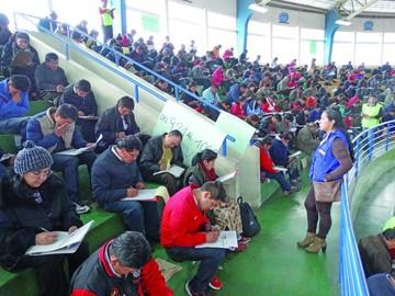 Más de mil maestros rinden exámenes para direcciones