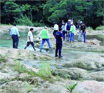 Hallan 14 cuerpos en un barranco en México
