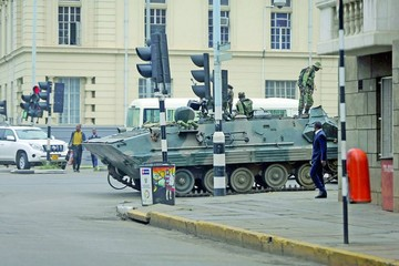 Mugabe negocia salida con militares sublevados