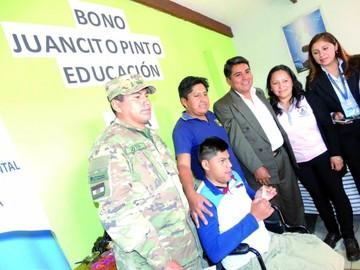 Alumno con discapacidad recibe bono Juancito Pinto