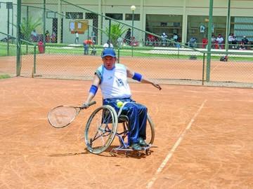 Tenistas se miden en torneo sobre ruedas