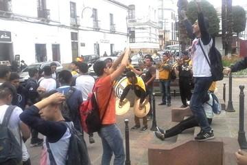 """""""Promos"""" de colegios celebran con banda el bachillerato"""