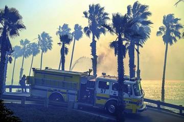 California sufre embate del fuego y los vientos