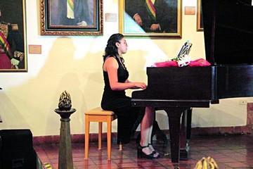 Aylin Oropeza emociona en su recital de piano