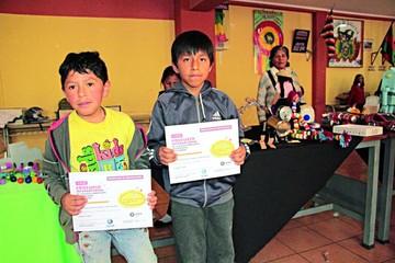 Niños crean juguetes para un concurso internacional
