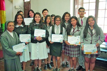 Honran a 20 estudiantes como caudillos culturales