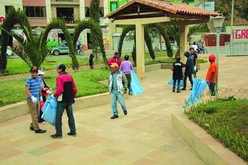 Dueños de locales limpian parque por infringir norma