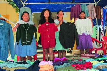 Mujeres exhiben trabajos textiles y de confección