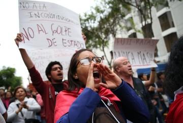 Miles de peruanos marchan y piden cerrar el Congreso