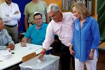 Sebastián Piñera vota entre aplausos y manifestaciones de repudio