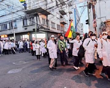 Médicos siguen en huelga y buscan reunión con Evo