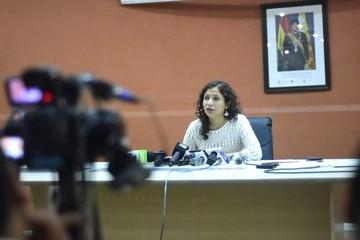 Ministra anuncia que desde hoy corren despidos de médicos
