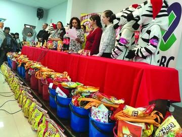 Cebras reciben canastones con apoyo de empresas locales