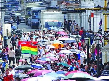 Diálogo se aleja aún más y la huelga no da tregua