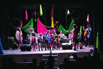 Artistas deleitan a niños con espectáculo musical