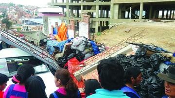 Cae muro y dos personas salen heridas