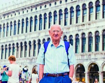 Tiene 97 años y se convirtió en mochilero por su nieto