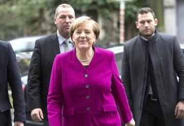 Merkel intenta formar coalición para frenar crisis