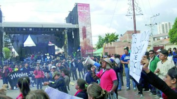 Sucre vive su feria entre protestas