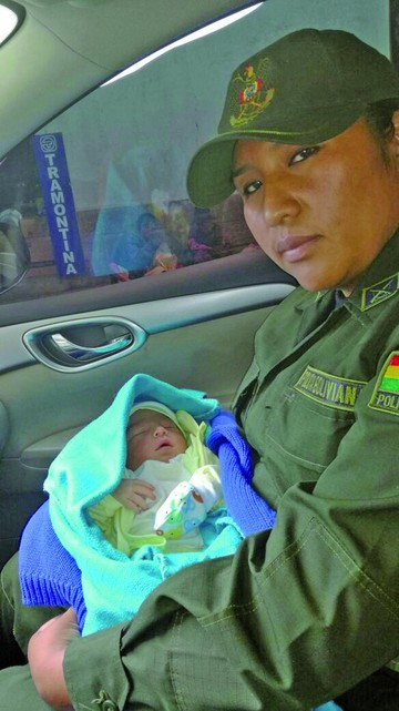 Abandonan a un bebé en puerta de residencia