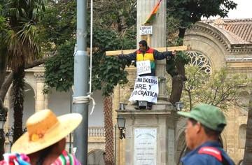Diputado opositor se crucifica en público en contra del Código Penal