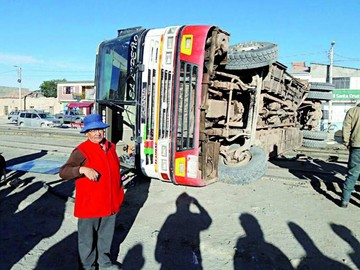 Bus es arrollado por intentar rebasar a un tren