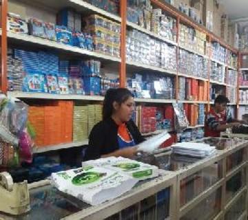 Librerías se aprovisionan de material para la venta