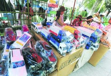 La Paz: Reclusos ofrecen productos en feria de alasita