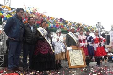 Eligen a la reina, chola y soberano de antaño en la apertura del Carnaval en Sucre