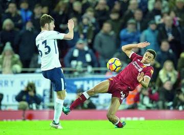Kane salva al Tottenham en polémico partido