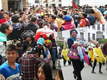 Carnaval: Las calles de Sucre se llenan de saltarines de todas las edades