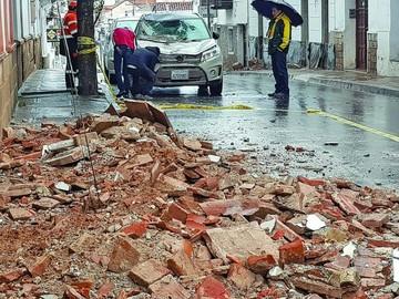 Colapsan más casas en Sucre y río se lleva micro en Poroma