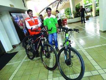 Albañil gana bicicletas en la promoción de Fancesa