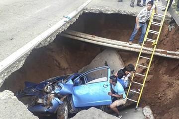 Santa Cruz: Dos mujeres se salvan de morir en un auto tras caer en un sifonamiento