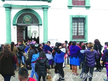 Esposas de policías volverán a protestar por descuentos