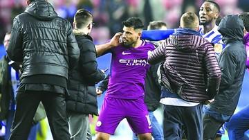 Argentino Agüero pelea con hincha y su equipo se va