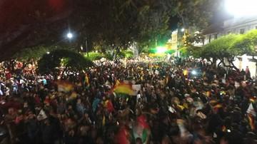 Miles de sucrenses colman la plaza 25 de Mayo y rechazan repostulación de Evo