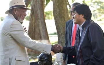 Morgan Freeman llama a Evo el rebelde convertido en Presidente