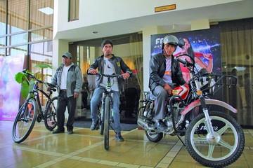 Fancesa ya entregó ocho motos y 16 bicicletas