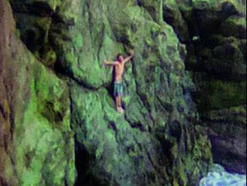Surfista pasó 16 horas aferrado a una roca de playa