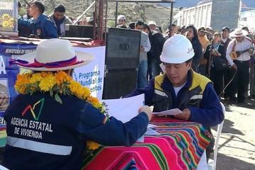 Gobierno firma contratos con empresas para construir 35 viviendas en Tupiza