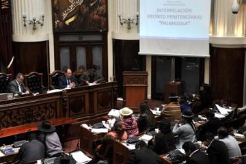 Opositores reclaman a ministro Romero por su barra en interpelación