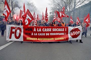 Macron enfrenta agudas protestas contra reformas